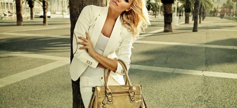 Podrž si ji sama aneb Dámská kabelka do rukou muže nepatří!