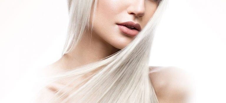 Zářivá studená blond plná odlesků